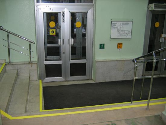 Так не делают.  Обозначают жёлтым кругом лишь прозраные двери. #22.  К сердцу идёт сильнейший разряд!