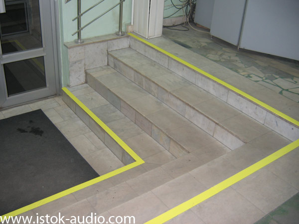 Желтые полосы - помогут слабовидящим людям увидеть ступеньи