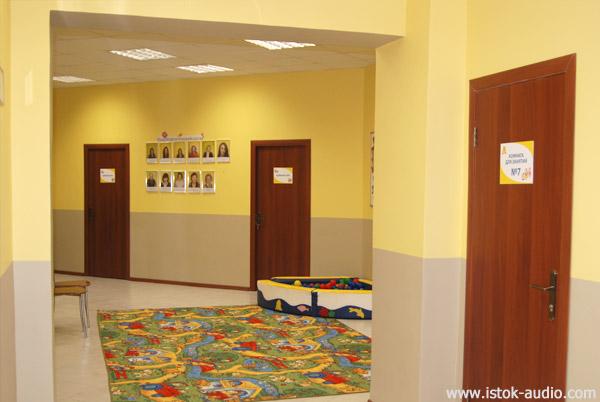 В просторном помещении реабилитационного центра
